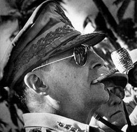 Generalul Douglas MacArthur purtând ochelarii Ray Ban